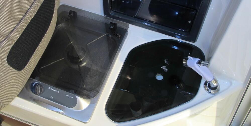 Et kokeapparat og vask får plass bak førersetet.