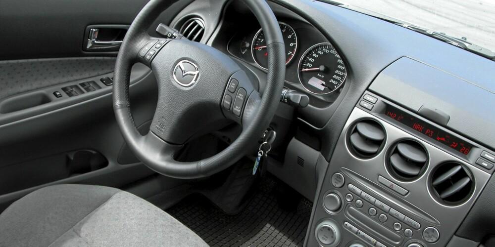 Mazda 6 hadde et pent, men litt plastpreget dashbord som står seg bra mot andre bruktbiler i perioden 2002-2007.