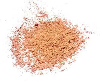 LØST PULVER: Mange merker tilbyr mineralfoundation i løspulverform. Enkelt å legge og dekker godt.