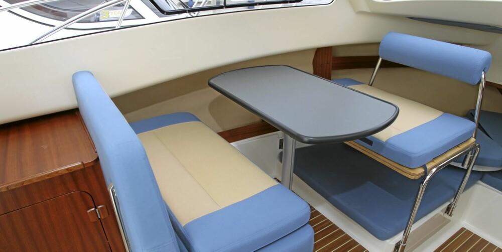 FAMILIEPLASS: Sittegruppen med plass til fire kan gjøres om til seng, dermed er det fire soveplasser om bord.