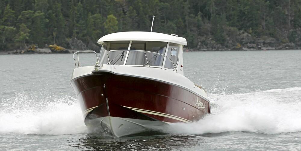 STABIL I SJØEN: 230 Deluxe har trygge sjøegenskaper. Mye takket være innenbordsmotoren takler den vektforflytning i båten godt.