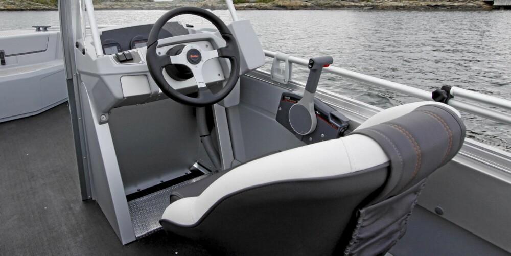 ORDENTLIG: Førerplassen er godt utformet for en båt av denne størrelsen.
