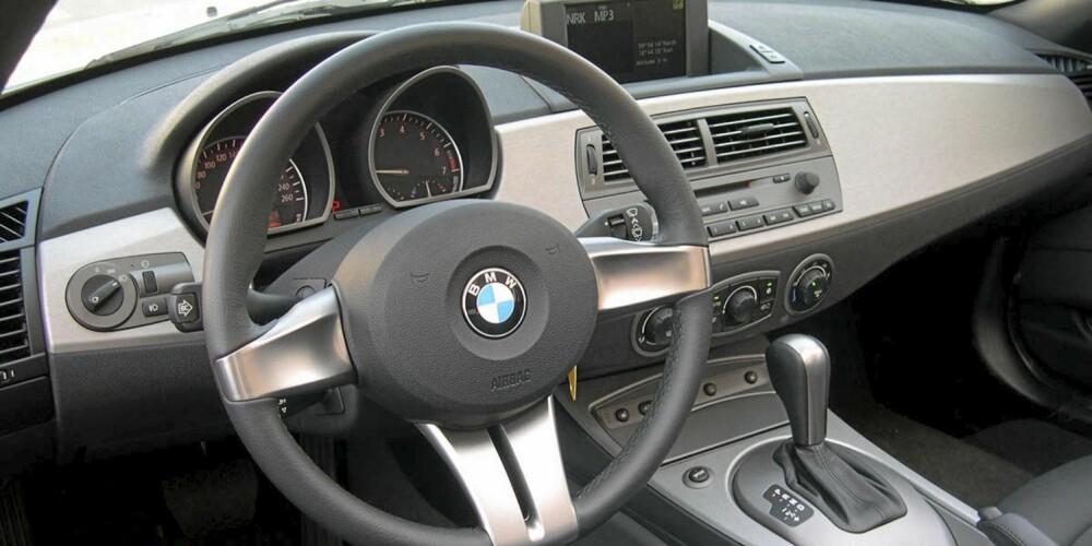OVERSIKTELIG: BMW Z4 fikk før faceliften litt kritikk for et enkelt interiør, men ryddig er det.