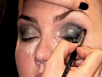 DRAMATISK: Tilfør drama med svart øyenskygge. Hvis du tør.