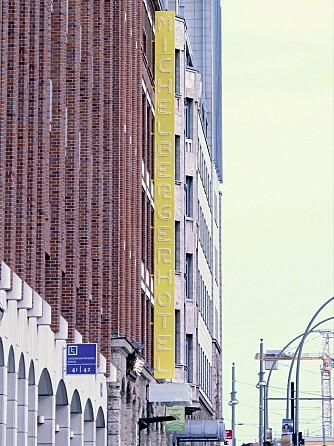 FABRIKK. Hotel Michelberger ligger i en gammel fabrikkbygning like ved S-Bahn stasjon Warschauer Strasse. Herfra er det 13 minutter med tog til Berlins Hauptbahnhof.