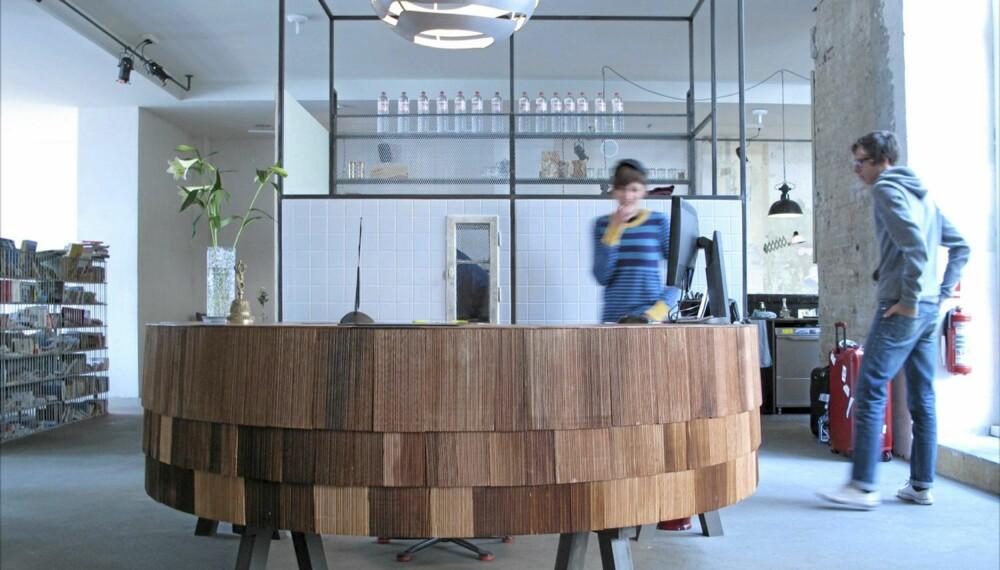 TILBAKELENT. Allerede i  resepsjonen møtes du av Hotel Michelbergers rå, uhøytidelige designstil.