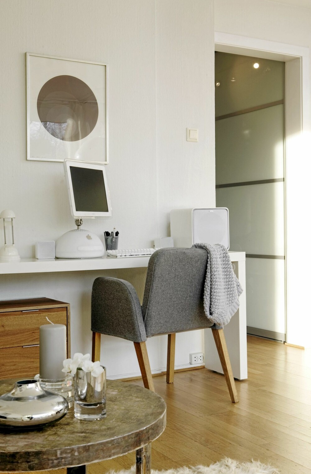 ARBEIDPLASS I STUA: Skrivebordet er et sengebord med hjul, fra Ikea. Det tar liten plass, men gir god arbeidsflate.
