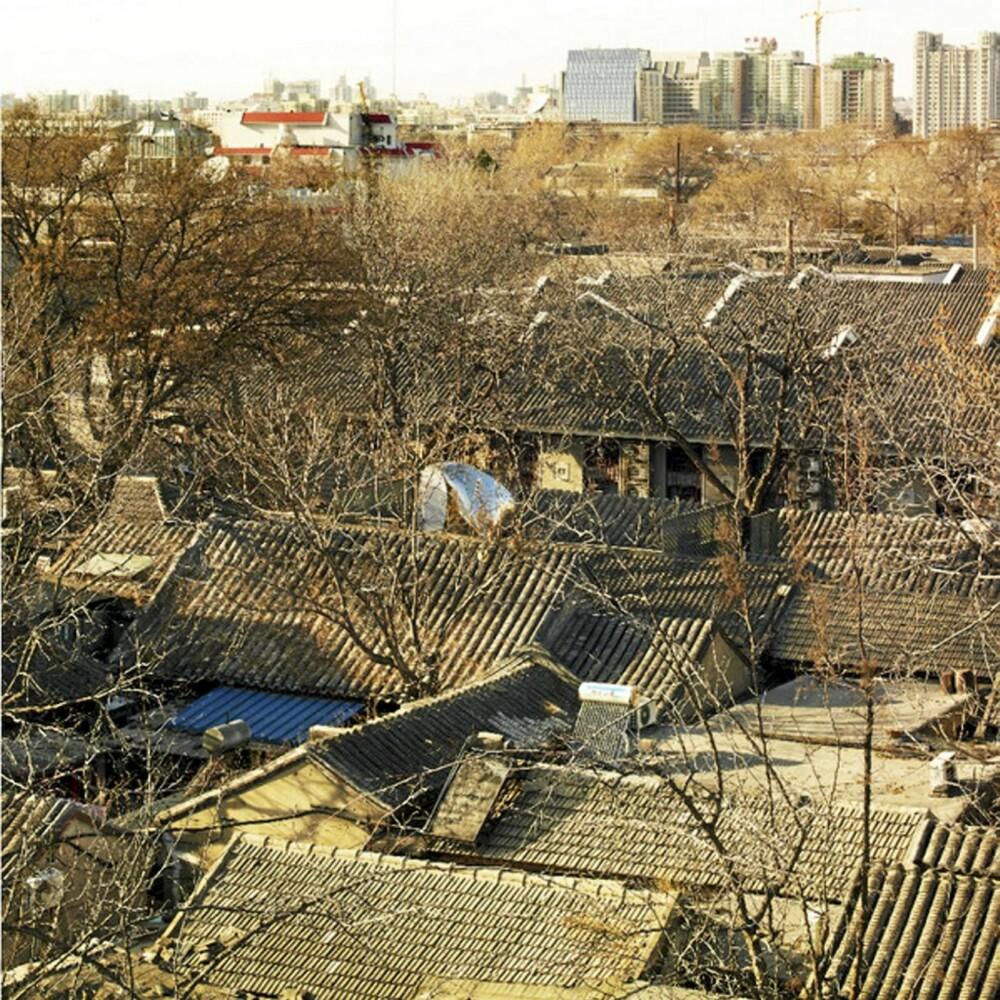 Boblen stikker seg godt ut blant den gamle trehusbebyggelsen i Beijing.