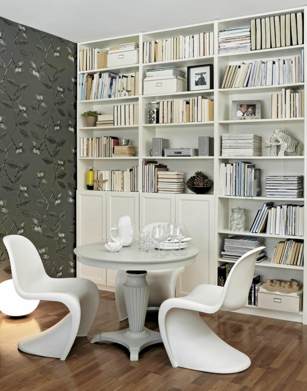 SPISESTUEKROK: Bokveggen er det første man legger merker til. Siden blir den mer og mer usynlig. Tapetet er fra Ruths design, stolene fra Vitra og det regulerbare spillebordet er kjøpt i en antikvitetsbutikk.