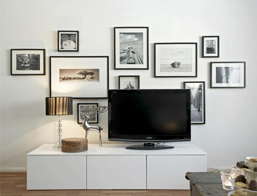 BILDER BAK TV-BILDET: Fotografiene er delvis private og delvis fra Ikea. Tv-benken er satt sammen av tre ventilatorskap fra Ikea.