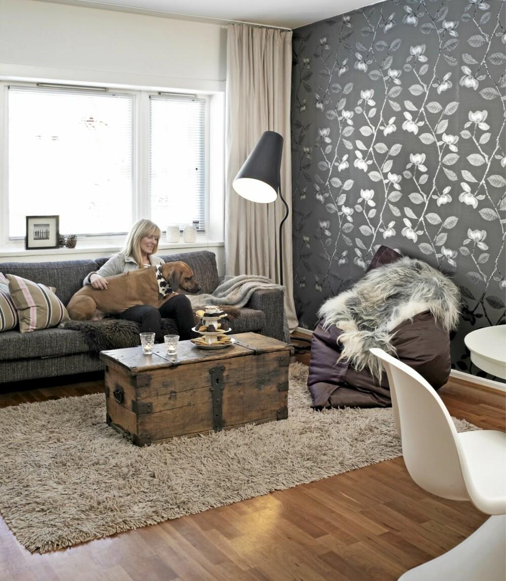 NYTT OG GAMMELT. Fatboy sittesekk og sofa fra BoConcept. Gulvlampen «Bender» er fra Northern Lighting, kisten er arvet.