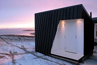 BESKJEDENT BYGG: Et lite anneks er med på å definere et atrium og skjerme uterommene for kuldedrag og vind.