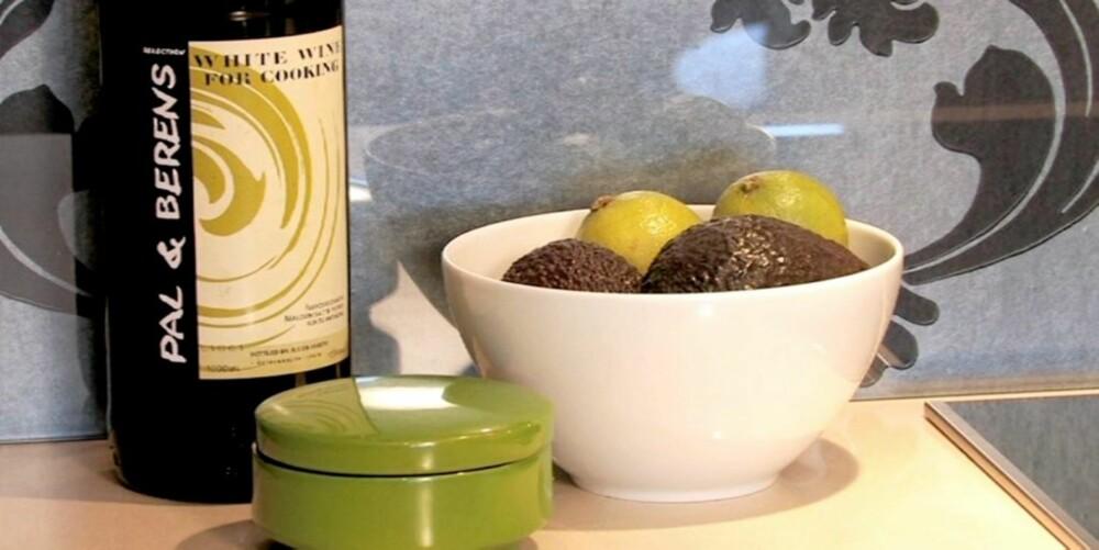 Frukt og grønnsaker har det best i romtemperatur. Legg dem i dekorative boller.