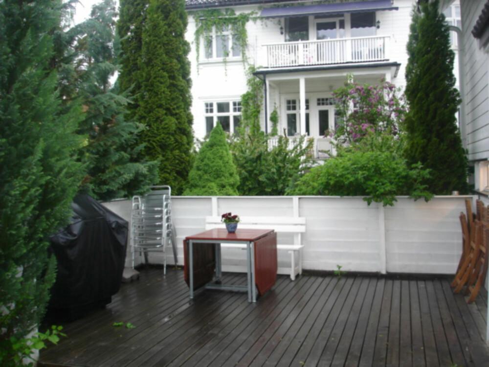 FØR:  Terrassen var stor og gold med innsyn fra flere kanter. Mangel på intime soner gjorde at terrassen ikke ble brukt så mye som beboerne ønsket.