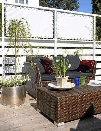 SEIL MOT VINDEN: Det er også montert seil på sidene av terrassen for å skjerme mot vind og utsyn.