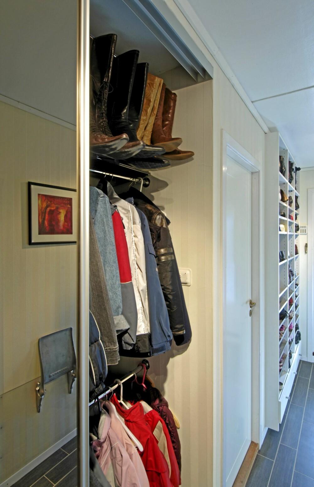 KLAPPSTOLER. Her har klær, skotøy god plass. Speilet gir romføelse og klappstolen tar liten plass. Oppussingsprosjekt ved interiørarkitekt MNIL Bernt A. Pedersen.