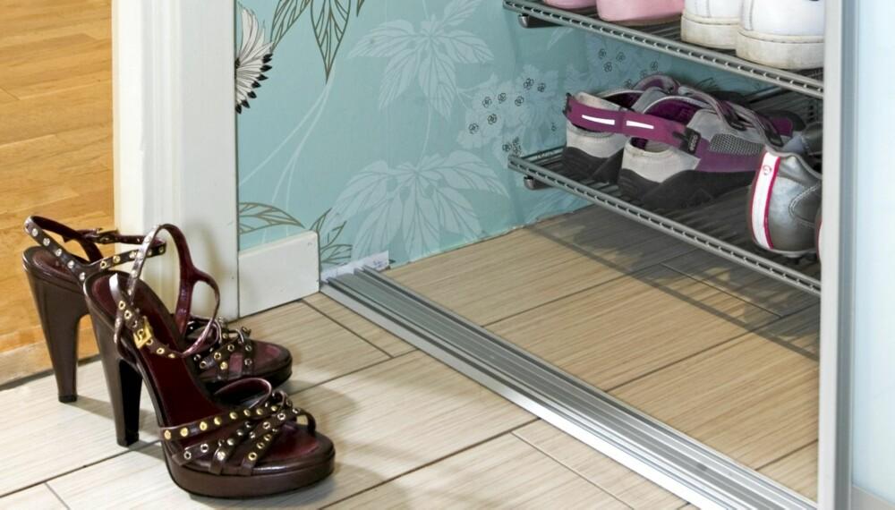 SKOHYLLER. Hver ting bør ha sin plass i gangen. Skohyller eller egne skoskap holder orden, så kan det fineste paret stå fremme til pynt.