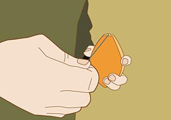 Opp: Er beholderen full av kritt kan du holde den opp når du drar ut snora. Da får du en skarp strek.