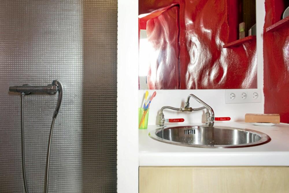 Spennvidde. Et detaljglimt av materialspenningen mellom bad og dør.