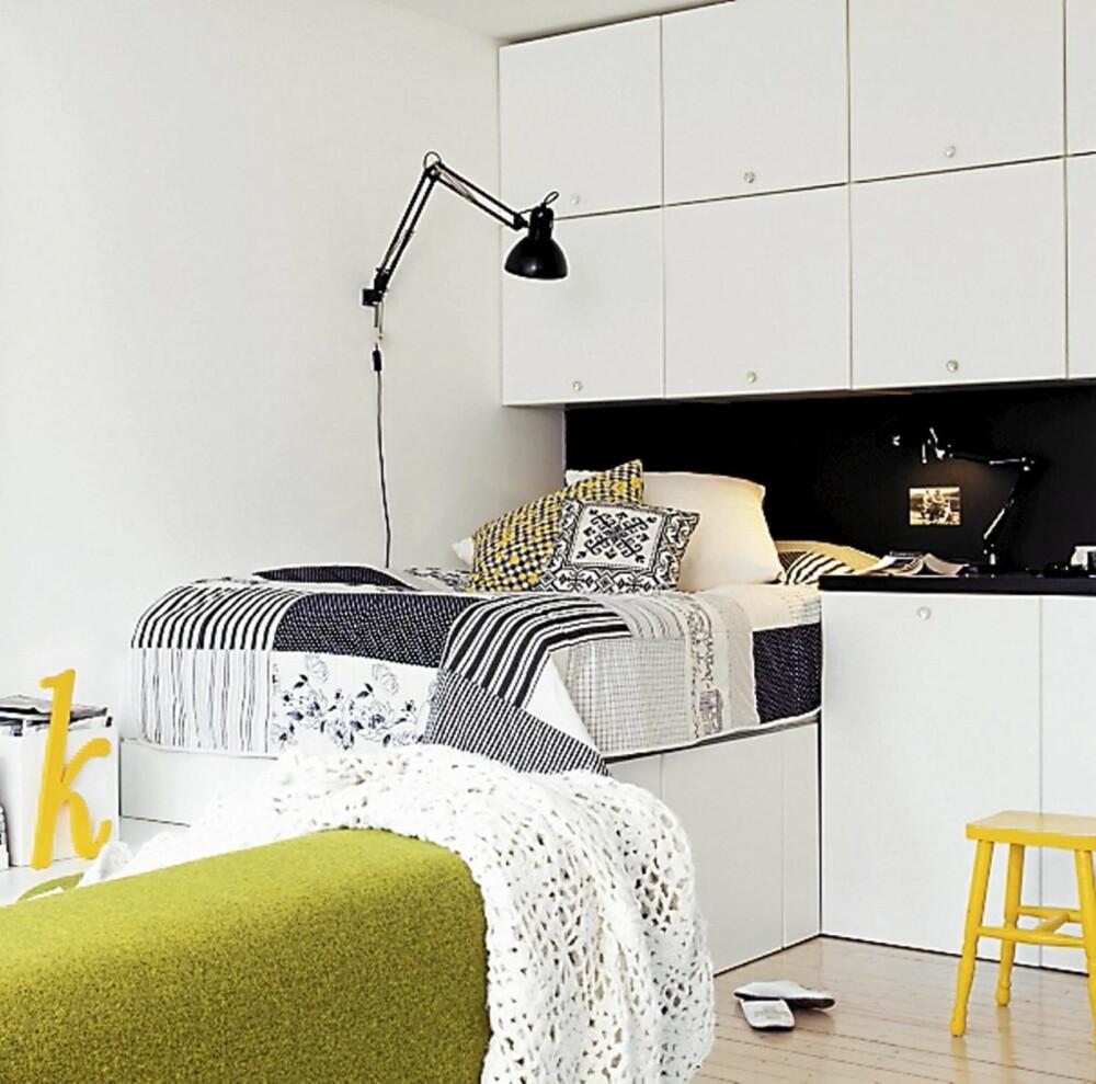 SOVEPLASS: Med kjøkkenskapstammer under, ved siden av og over sengen har Hege fått mye oppbevaringsplass på et knøtt lite areal. En gammel krakk er malt knall gul, trappestigen er fra Maxbo, og Kramfors sofa med grønt ulltrekk fra Ikea.