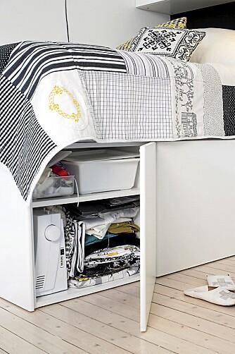 SMART OPPBEVARING: Med sengen løftet fra gulvet, er det plass til praktiske skap under.