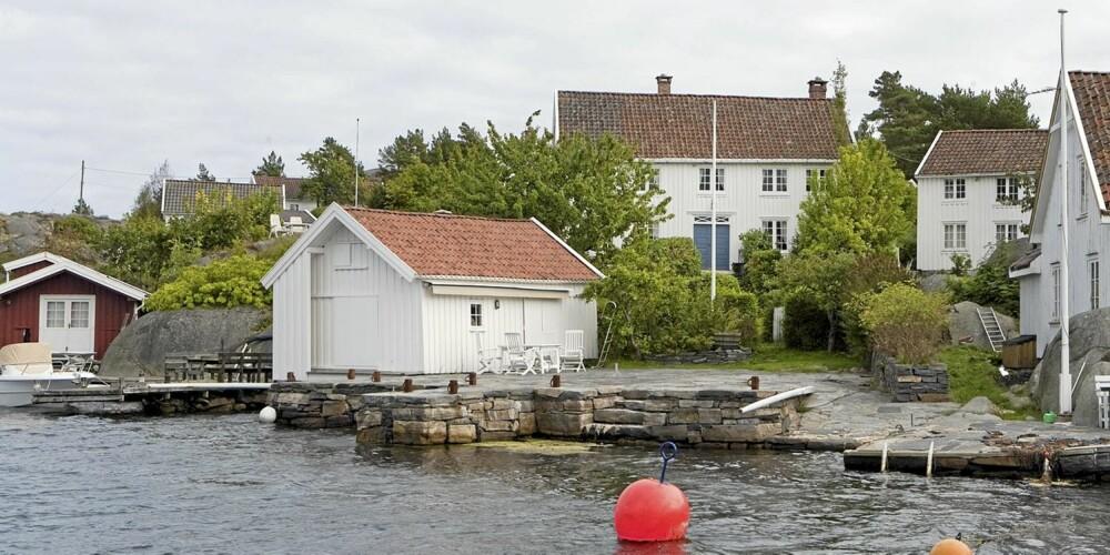 GAMLE HELLESUND: Skipperhus på Helløya i Lillesand med hage, brygge og naust. Primærrom 180 kvm. Tomt 1.000 kvm. Prisantydning 14.000.000.