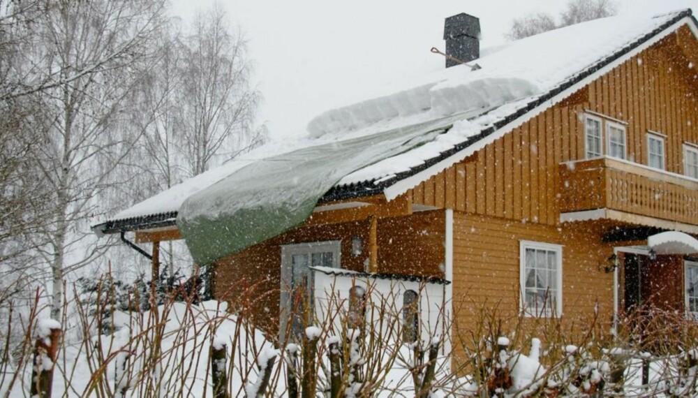 MÅKING AV TAKET: Presenningen var litt for kort til å dekke taket. Banggren skjøtet derfor på lengden med en taustump for å få den til å ligge på plass.