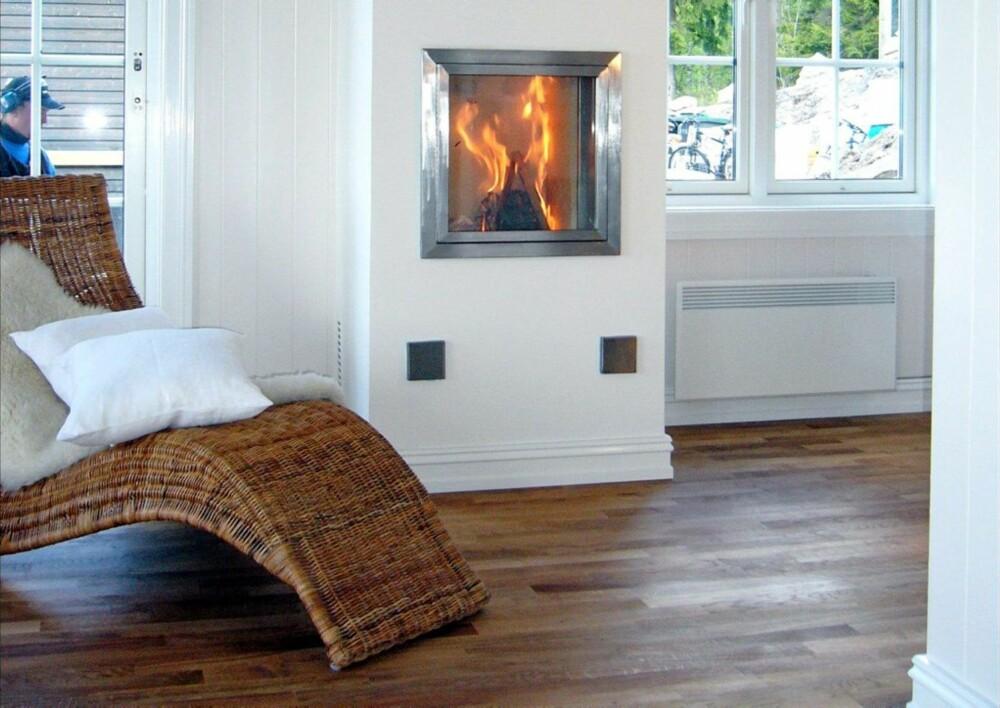 FERDIG PIPE: Slik ser varmepipa ut, med brennkammer med glassdør innmontert i selve pipa.