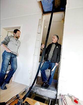 PIPEPLASS: Her skal varmepipa bygges opp. Nederst skimter man pipeløpet som er bygd opp i etasjen under. Petter Hultin (t.v.) setter opp pipa si selv, mens oppfinner William Jansen gir gode råd.