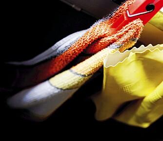 GUMMIHANSKER: Bruker du hansker, kan du ha ordentlig varmt vaskevann, og være sikker på at alt fett blir fjernet.
