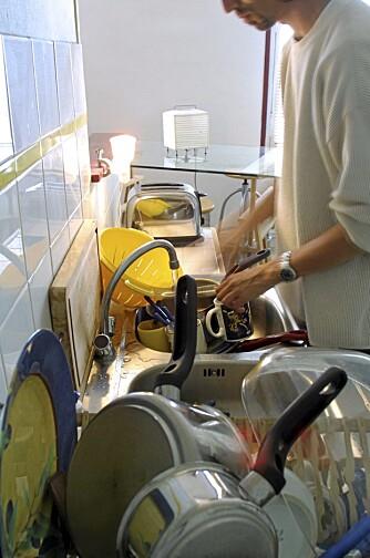 RYDDIG: Et godt råd for å holde orden på oppvaskbenken er å ta oppvasken fortløpende og rengjøre den på riktig måte. Da unngår du unødvendige bakterier og annen smuss.