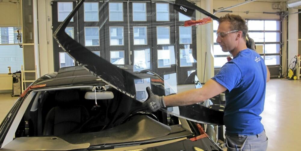 JOBBEN GJORT: Ruta er skåret ut - Fred Espeland kan fjerne den og hente en ny, som hurtig limes på. FOTO: Geir Svardal
