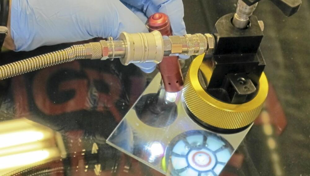 TANNLEGE: Å fikse en steinsprutskade kan minne om en tur til tannlegen. Her sjekkes såret i et speil, mens resinen sprøytes inn. FOTO: Geir Svardal