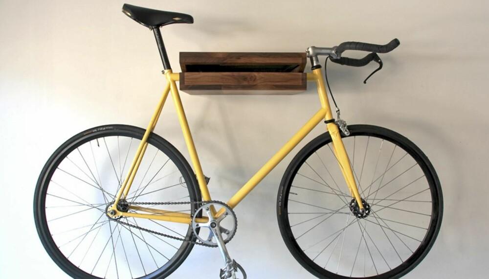 SYKKELBOKHYLLE: I små leiligheter er lagringsplass en utfordring. Den amerikanske designeren Chris Brigham har løst dette med kombinert bokhylle og sykkeloppheng.