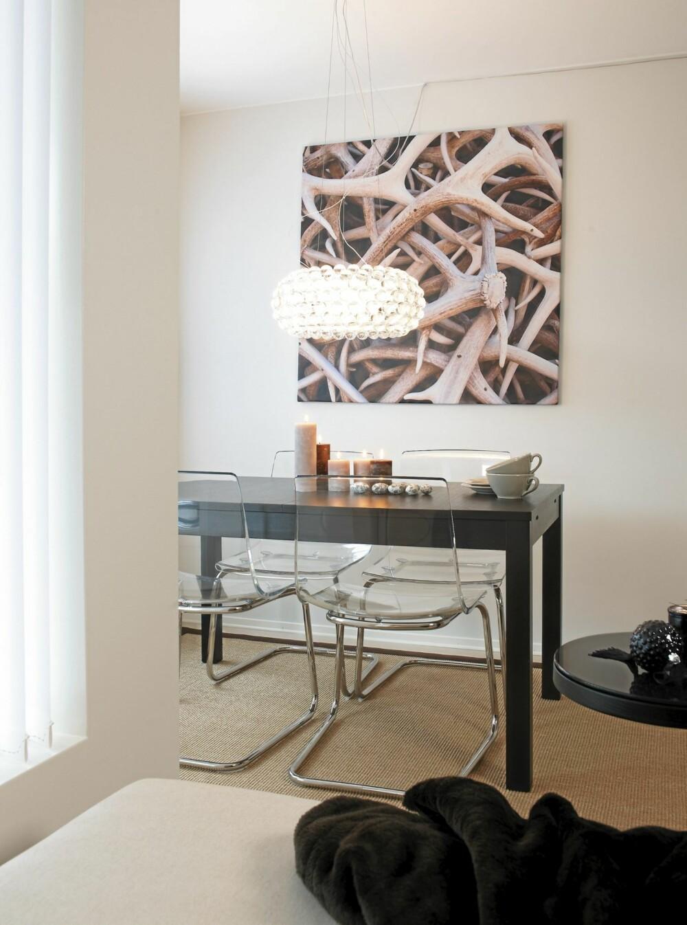 PERSONLIG TOUCH: Hornbildet som paret selv tok i Wyoming, USA, er forstørret på lerret hos FotoPhono. Vegger malt i Flüggers «Nordisk Lys». Plaststolen «Tobias», sisalteppet og spisebordet er fra Ikea.