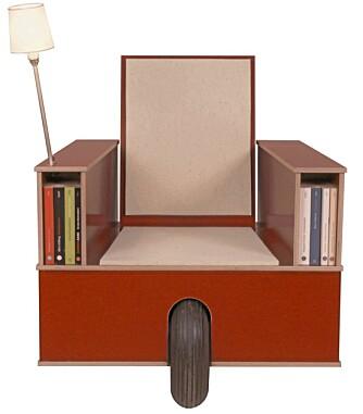 BIBLIOTEKSTOL: Er dette en stol eller et mini-bibliotek? En komfortabel stol med påmontert leselampe og plass til rundt 80 bøker, kr 19.800 fra designdelicatessen.com.