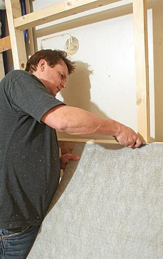 SKJÆRES TIL: Våtromsplatene leveres i standardformater, og skjæres enkelt til med en tapetkniv.