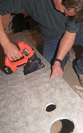 SKJÆR UT HULLER: Stikksag er det enkleste verktøyet når det skal settes runde hull.