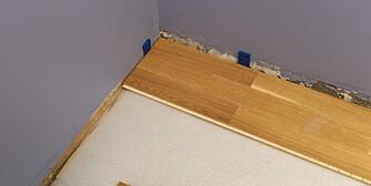 MOT VEGGEN: Notsiden legges mot veggen. Vær og obs på skjeve vegger.