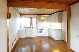 FØR: Kjøkkenet hadde behov for en oppgradering, og ble fornyet med nye skapfronter og hvitevarer.