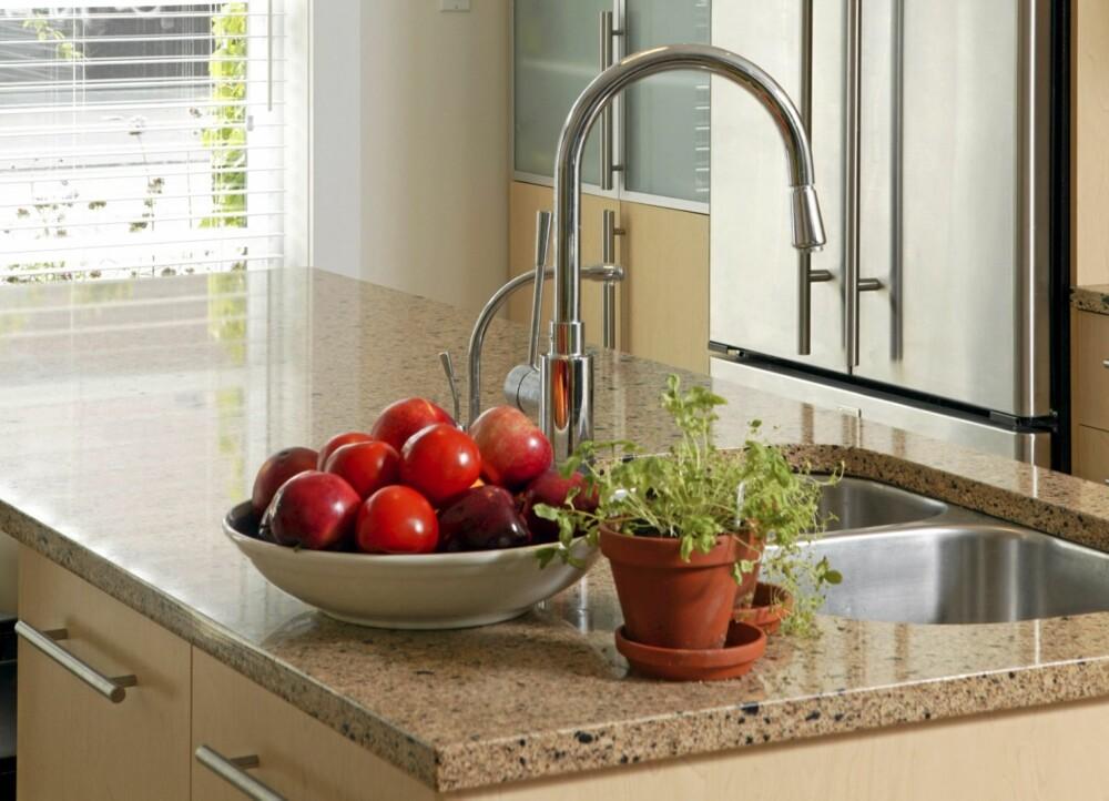 TYPISK MED FRUKTSKÅL: De fleste har frukt i skåler på benken. Men hva med å heng en fruktkurv fra taket?