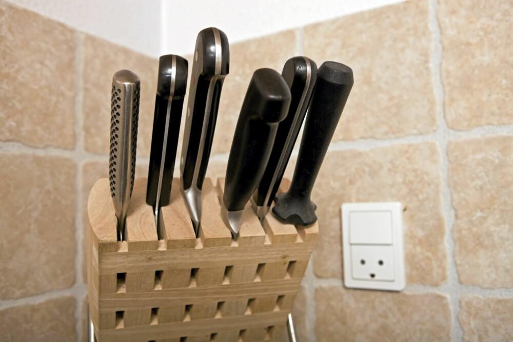 KNIVBLOKK: Gå over kjøkkenknivene og kvitt deg med gamle og dårlige eksemplarer. Erstatt dem med nye og plasser alt i en knivblokk.