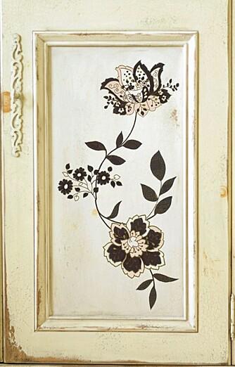 DØR MED WALLSTICKERS: Dekorative blomster fra Komar, kr 249 for fire deler hos Tapetshop.