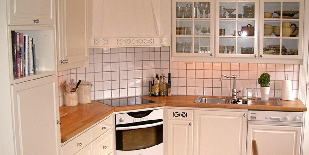 LYST OG STRØKENT: Dette kjøkkenet var opprinnelig grønt (se over). Spraylakkering ga resultater.