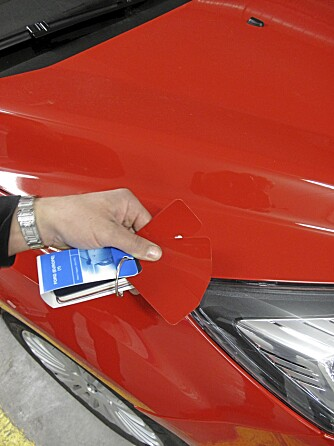 Verkstedet bruker blant annet en pallett til hjelp for å peile inn riktig farge.