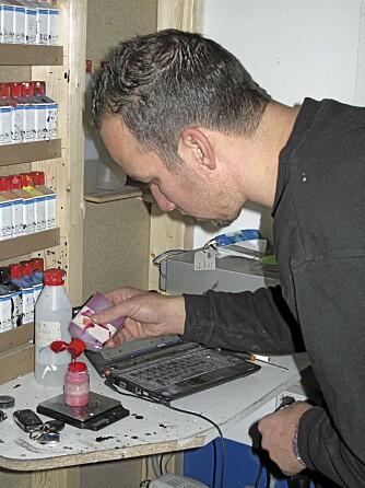 Wilbert van Arkel blander sammen lakken til døra. Hver ingrediens måles opp med milligrampresisjon ¿ bom her kan gi fargeforskjell.