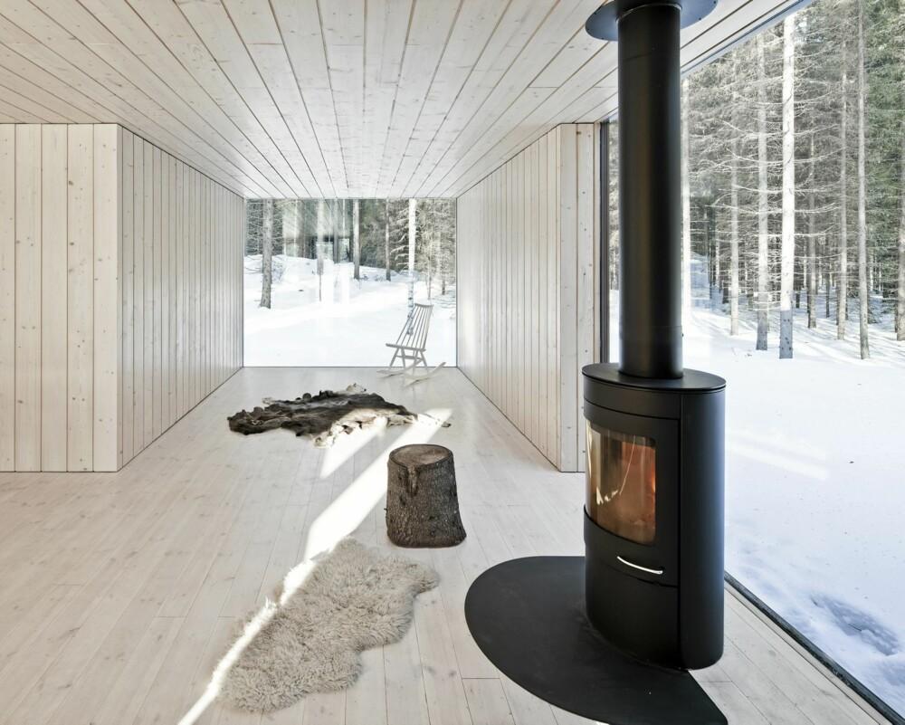 ET HERLIG HUS MED NATURKONTAKT: Med glass fra gulv til tak oppleves det som naturen kommer inn i stuen.