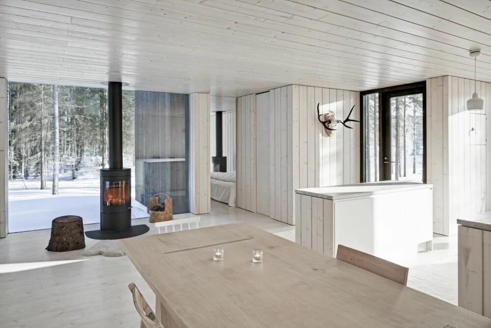 GJENNOMFØRT FUNKSJON OG ESTETIKK: Hele innredningen er bygget opp for å matsje den ekstremt renskrapte arkitekturen.