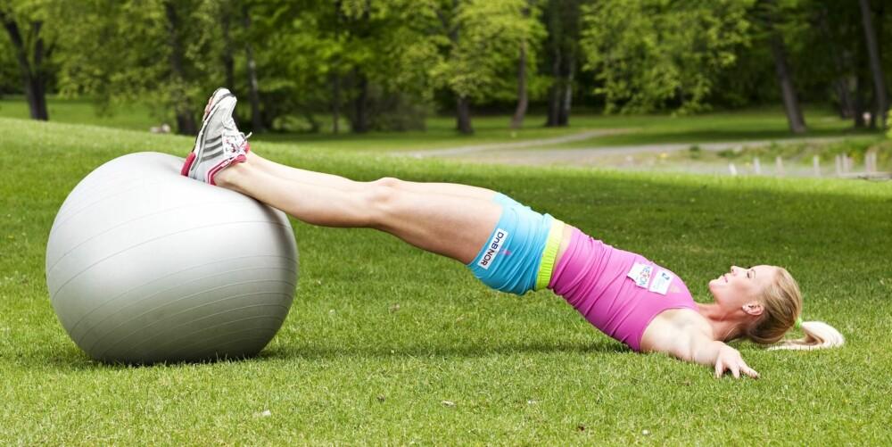 ØVELSE 6: Core-balanse på ball, posisjon 1
