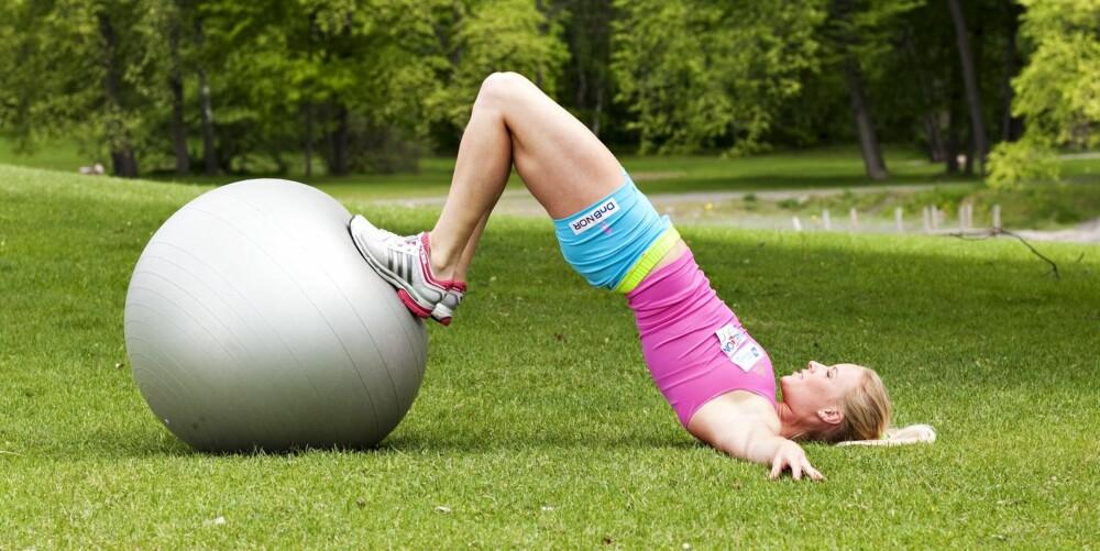 ØVELSE 6: Core-balanse på ball, posisjon 2.